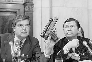 I senatori USA Frank Church e Tower John esaminano l'arma che provoca il cancro e attacchi di cuore