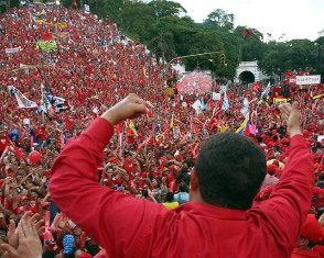 https://albainformazione.files.wordpress.com/2013/11/1c2b0-chavezconelpueblo3.jpg