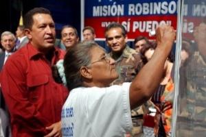 """Il 28 ottobre di nove anni fa l'Unesco dichiarò il Venezuela """"Territorio libero dall'Analfabetismo"""". Questo è il frutto della Misión Robinson, programma sociale lanciato dal leader della Rivoluzione Bolivariana, Hugo Chávez, per saldare il debito storico ereditato in materia d'istruzione"""